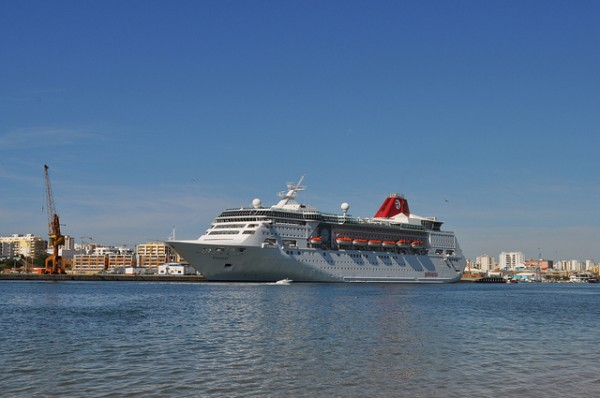 Cruise ship at Agarve, ©Roberto.Jorge/Flickr