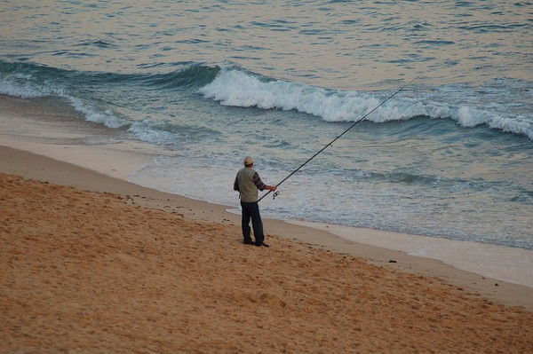 Fishing on Armacao De Pera Beach, ©jamiejohndavies/Flickr