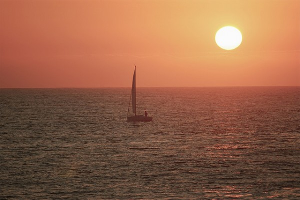 Sailing at sunset, ©F H Mira/Flickr